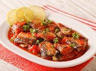 Печена риба скумрия с доматен сос от консерва, лук, зехтин, целина и чесън на фурна под фолио